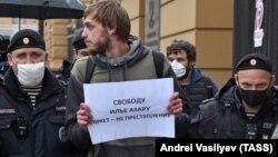 Одно из задержаний во время пикетов возле здания МВД на Петровке, 38. Москва, 1 июня 2020 года
