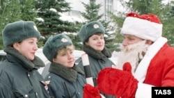 Но что точно помню, так это большой орлиный нос Деда Мороза, который вручил мне подарок на утреннике в первом классе