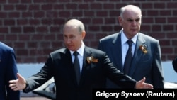 Владимир Путин и Аслан Бжания на параде Победы в Москве