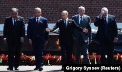 Igor Dodon alături de Vladimir Putin, în una din multiplele sale vizite la Moscova. 24 iunie 2020, Parada Victoriei