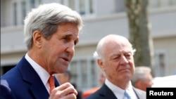 John Kerry (solda) və BMT-nin Suriya elçisi Staffan de Mistura