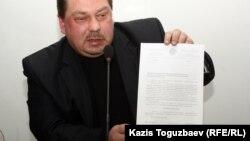 Оппозиционный активист Михаил Сизов демонстрирует письмо из министерства юстиции. Алматы, 22 января 2013 года.