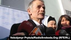 Мостафа Җәмилев Кырымда җир таләп итеп митингка чыгучылар янында. 2011 елның көзе.