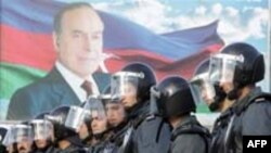 Azerbaijan -- Soldiers, Opposition Demo, Baku, 9Nov2005