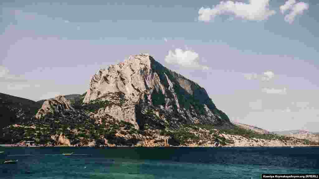 Із самого початку стежки, ліворуч, відкривається вид на величну гору Сокіл чи Куш-Кая. Вона популярна серед скелелазів, на її схилах прокладено безліч маршрутів різного ступеня складності.