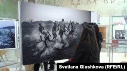 Посетители выставки WorldPressPhoto ко Дню прав человека. Астана, 10 декабря 2013 года.