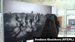 WorldPressPhoto көрмесін тамашалаушылар. Астана, 10 желтоқсан 2013 жыл.
