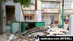 Aşgabat: Parahat 4-iň 'pristroýkalary' ýykylýar