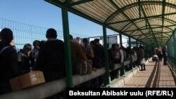 """Пункт пропуска """"Ак жол"""". Кыргызстан, 12 октября 2017 года."""