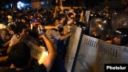 Столкновения между протестующими и полицейскими на улице Хоренаци в Ереване, 20 июля 2016 г.