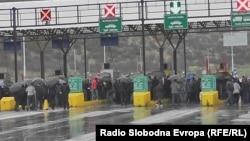 Работници од Југохром го блокираат автопатот Скопје - Тетово.