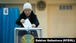 Алматыдағы сайлау учаскелерінің бірінде дауыс беріп жатқан сайлаушы. 20 наурыз 2016 жыл.
