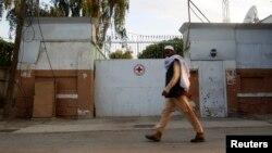 Oteti muškarac je bio sa još nekoliko službenika Crvenog krsta na putu između Mazar-i-Šarifa i Kunduza