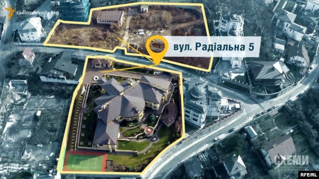 The two Radialna 5 properties, with Poroshenko's empty lot at the top and Kononenko's mansion at the bottom