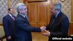 Armenia -- President Serzh Sarkisian (L) greets Antoine Frérot, the chief executive officer of Veolia Water, Yerevan, 1 June, 2015