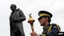 Памятник Ибрагиму Ругове на площади его имени в Приштине