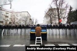 Маркиян Мацех перед кордоном украинского спецназа в Киеве