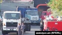 Полицейские на улице, где расположено здание, которое на протяжении двух недель удерживали вооруженные участники «Сасна црер». Ереван, 1 августа 2016 года.
