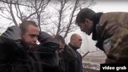 «Гіві» на камери знущається над українськими полоненими. Січень 2015 року
