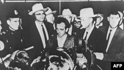 Lee Harvey Oswald gjatë një konference shtypi një ditë pas arrestimit të tij në Dallas, më 22 nëntor, 1963.