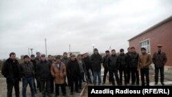 Протестующие жители села Хошчобанлы у здания школы, февраль 2013