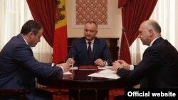 Președintele Parlamentului Andrian Candu (s), șeful statului Igor Dodon (c) și premierul Pavel Filip (d) în cadrul unei ședințe comune.