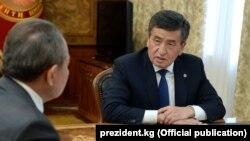 Сооронбай Жээнбеков мамлекеттик тил боюнча улуттук комиссиянын төрагасы Назаркул Ишекеевди кабыл алды.