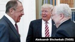 Presidenti i SHBA-së, Donald Trump (në mes), gjatë takimit me ministrin e Jashtëm rus, Sergei Lavrov (majtas) dhe ambasadorin rus në SHBA, Sergei Kislyak. Uashington, 10 maj 2017.