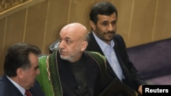 حامد کرزی، رئیسجمهور افغانستان، در کنار رؤسای جمهور ایران(راست) و تاجیکستان (چپ)