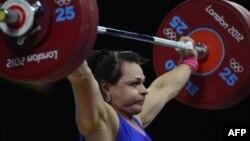 Светлана Подобедова, казахстанская тяжелоатлетка, поднимает штангу. Лондон, 3 августа 2012 года.