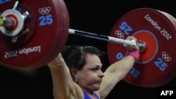 Олимпийская чемпионка Светлана Подобедова во время соревнований по тяжелой атлетике в Лондоне. 3 августа 2012 года.