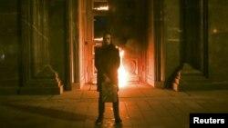 პიოტრ პავლენსკიმ ცეცხლი წაუკიდა უშიშროების ფედერალური სამსახურის შტაბბინის კარს.