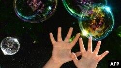 Аутизмге арналған қайырымдылық шарасында ойнап жүрген балалардың қолы. Көрнекі сурет