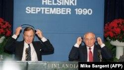 АКШнын 41-президенти Жорж Буш (солдо) менен Советтер Союзунун акыркы лидери Михаил Горбачев. Хелсинки, 9-сентябрь, 1990-жыл.
