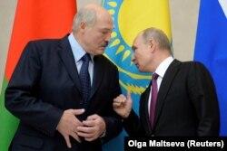 Президент Білорусі Лукашенко (ліворуч) і Росії Путін (праворуч)