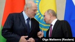 Президент Росії Володимир Путін (справа) розмовляє із предизентом Білорусі Олександром Лукашенко