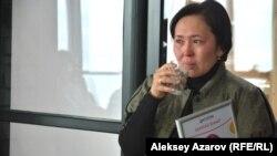 Победительница конкурса социальных предпринимателей фонда «Навстречу переменам» не сдержала своих слёз. Алматы, 14 декабря 2016 года.