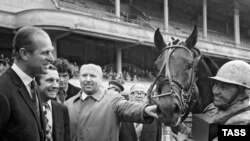 Москва. Ипподром. Герцог Эдинбургский принц Филипп (на снимке слева) после вручения приза Гунте Лауга, победившей в заезде на рысистых лошадях, 1973 год
