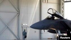 Литва. Американский истребитель F-16 готовится к патрулированию