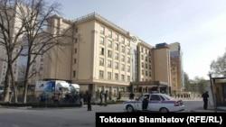 Сотрудники милиции не пропускают журналистов к гостинице «Орион», где проходит съезд Социал-демократической партии Кыргызстана (СДПК). Бишкек, 31 марта 2018 года.