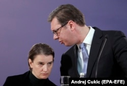 Serbian Prime Minister Ana Brnabic (left) with President Aleksandar Vucic (file photo)