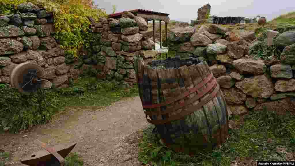 Господарське крило фортеці. За розповідями місцевих старожилів, бутовий камінь фортеці в 60-і роки минулого століття використовували при будівництві приміщень для сушіння тютюну в радгоспі «Алушта»