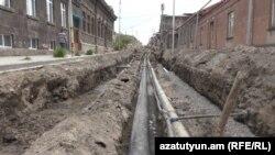 Գյումրիի պատմական կենտրոնով անցնող Ռուսաթավելի փողոցի վրա արդեն իսկ սկսվել են կոմունիկացիոն ցանցի կառուցման աշխատանքները