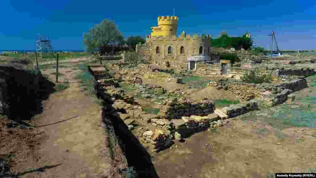 «Корона» на башнях бывшего военного объекта Черноморского флота – это стилизация под античность