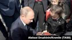 Vladimir Putin Omskda yerli sakinlərlə görüşür