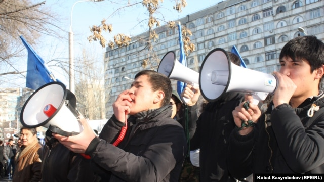 Ata-Jurt party supporters rally outside the court in Bishkek. (file photo)