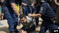 Угорська поліція арештовує мігранта, 3 вересня 2015 року