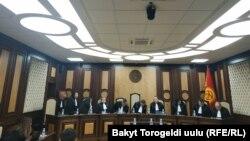 Судьи Конституционной палаты Верховного суда Кыргызстана на процессе по рассмотрению законности лишения Алмазбека Атамбаева статуса экс-президента. Бишкек, 23 октября 2019 года.