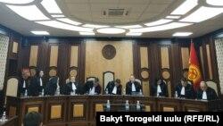 Судьи Конституционной палаты на процессе по рассмотрению законности лишения Алмазбека Атамбаева статуса экс-президента. Бишкек, 23 октября 2019 года.
