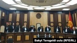 Алмазбек Атамбаевты экс-президент мәртебесінен айырудың заңдылығын қарастырып отырған конституциялық палата судьялары. Бішкек, 23 қазан 2019 жыл.